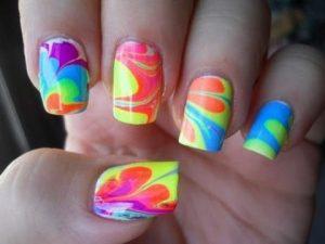 decorar uñas de colores
